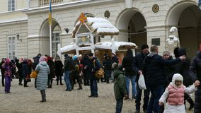 Ludzie lub pedestrians chodzą wokoło Targowego SquarePloscha Rynok w Lviv zbiory
