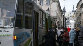 Ludzie lub pedestrians chodzą wokoło Targowej SquarePloscha Rynok ulicy w Lviv zbiory