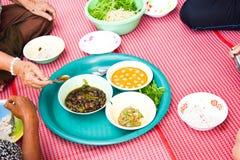 Ludzie lunchu tajlandzkiego jedzenie, jedzą karmowego tajlandzkiego styl Fotografia Stock