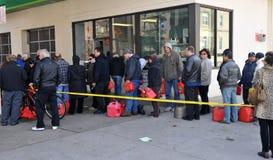 Ludzie mówją w linii dla gazu Zdjęcia Stock