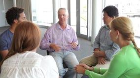 Ludzie Ma dyskusję W grupie pomocy zdjęcie wideo