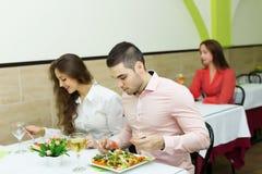 Ludzie ma gościa restauracji przy restauracją Obrazy Stock
