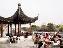 Ludzie ma luch na nabrzeżu w antycznym Suzhou wody miasteczku Zdjęcia Royalty Free
