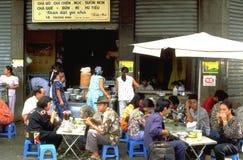 Ludzie ma lunch lub przekąskę przy typowego wietnamczyka uliczną restauracją w Hoi fotografia royalty free