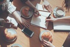 Ludzie ma lunch przy spotkaniem w kawiarni, biznesowego lunchu pojęcie fotografia royalty free
