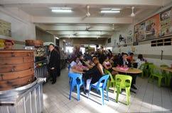 Ludzie ma lunch przy uliczną knajpą w Gaya Uliczny Kot Kinabal Obraz Royalty Free