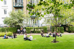 Ludzie ma lunchhour w Londyn outdoors, UK Zdjęcia Royalty Free