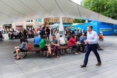 Ludzie ma lunchhour w Londyn outdoors, UK Obraz Royalty Free