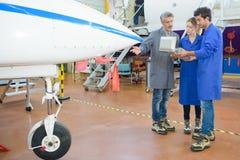 Ludzie ma wycieczka turysyczna samolotu hangar Zdjęcie Royalty Free