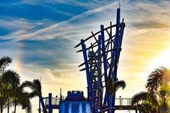 Ludzie ma zabawę świat wysoka kropla w nieskończoności Spadają przy Seaworld w zawody międzynarodowi przejażdżki terenie 5 zdjęcie stock