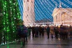 Ludzie ma zabawę na bożych narodzeniach wprowadzać na rynek przy wieczór adwentem Vilnius Obrazy Stock