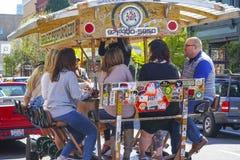 - 16, 2017 ludzie ma zabawę na piwnym rowerze w mieście Portland, PORTLAND, OREGON, KWIECIEŃ - Fotografia Stock