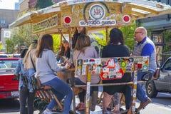 - 16, 2017 ludzie ma zabawę na piwnym rowerze w mieście Portland, PORTLAND, OREGON, KWIECIEŃ - Zdjęcie Royalty Free