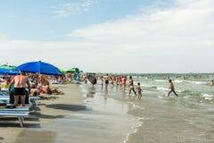 Ludzie ma zabawę na plaży Zdjęcia Stock