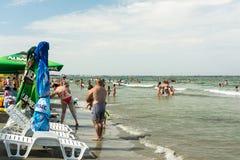 Ludzie ma zabawę na plaży Zdjęcie Royalty Free