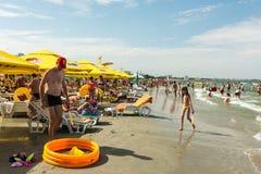 Ludzie ma zabawę na plaży Fotografia Stock