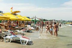 Ludzie ma zabawę na plaży Obrazy Royalty Free
