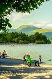 Ludzie ma zabawę na pogodnym, letni dzień przy Loch Lomond jeziorem w Szkocja, 21 Lipiec, 2016 Obraz Royalty Free