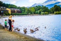 Ludzie ma zabawę na słonecznym dniu przy Loch Lomond jeziorem w Luss Szkocja, 21 Lipiec, 2016 Obraz Stock