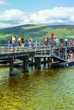 Ludzie ma zabawę na słonecznym dniu przy Luss molem, Loch Lomond, Argylle i bute, Szkocja, 21 Lipiec, 2016 Obraz Stock
