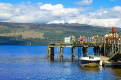 Ludzie ma zabawę na słonecznym dniu przy Luss molem, Loch Lomond, Argylle i bute, Szkocja, 21 Lipiec, 2016 Obraz Royalty Free