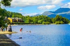 Ludzie ma zabawę na słonecznym dniu przy Luss molem, Loch Lomond, Argylle i bute, Szkocja, 21 Lipiec, 2016 Fotografia Stock
