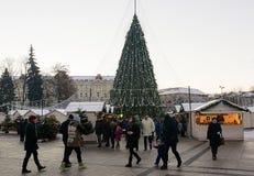 Ludzie ma zabawę na Vilnius bożych narodzeń rynku przy katedra kwadratem Zdjęcia Royalty Free