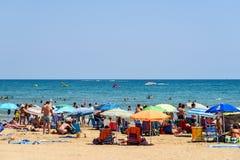 Ludzie Ma zabawę Na wakacje letni W Peniscola plaży Przy morzem śródziemnomorskim Zdjęcie Royalty Free