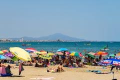 Ludzie Ma zabawę Na wakacje letni W Peniscola plaży Przy morzem śródziemnomorskim Obraz Stock