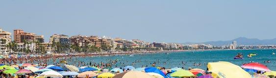 Ludzie Ma zabawę Na wakacje letni W Peniscola plaży Przy morzem śródziemnomorskim Obrazy Royalty Free