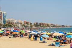 Ludzie Ma zabawę Na wakacje letni W Peniscola plaży Przy morzem śródziemnomorskim Obraz Royalty Free