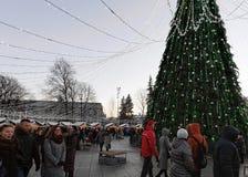 Ludzie ma zabawę przy boże narodzenie rynkiem blisko katedra kwadrata Vilnius Obrazy Stock