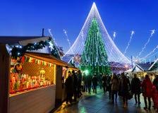 Ludzie ma zabawę przy bożymi narodzeniami wprowadzać na rynek przy nocą Vilnius Fotografia Royalty Free