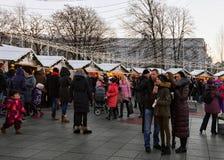 Ludzie ma zabawę przy kontuarem na bożych narodzeniach wprowadzać na rynek w Vilnius Zdjęcia Royalty Free