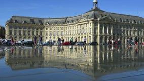 Ludzie ma zabawę w lustrzanej fontannie przed miejscem De Los angeles Giełda w bordach, Francja zbiory