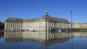 Ludzie ma zabawę w lustrzanej fontannie przed miejscem De Los angeles Giełda w bordach, Francja zbiory wideo