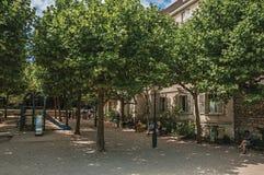 Ludzie ma zabawę w mieszkaniach własnościowych uprawiają ogródek przy Montmartre w Paryż Obrazy Stock