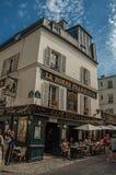 Ludzie ma zabawę w Montmartre's restauraci w słonecznym dniu przy Paryż Obrazy Royalty Free