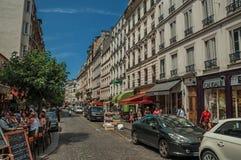 Ludzie ma zabawę w Montmartre's restauraci w słonecznym dniu przy Paryż Obraz Royalty Free