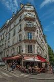 Ludzie ma zabawę w Montmartre's restauraci w słonecznym dniu przy Paryż Obrazy Stock