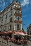 Ludzie ma zabawę w Montmartre's restauraci w słonecznym dniu przy Paryż Zdjęcie Stock