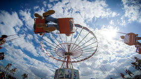 Ludzie ma zabawę w łańcuchu carousel Zdjęcia Stock