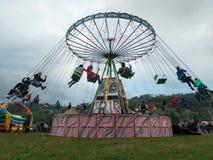 Ludzie ma zabawę w łańcuchu carousel Zdjęcie Royalty Free