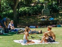 Ludzie Ma zabawę W Jardim da Estrela parku Lisbon W lecie Zdjęcia Royalty Free