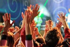 Ludzie macha ręki przy koncertem Zdjęcia Royalty Free
