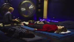 Ludzie medytuje w ciemnym pokoju medytacja ześrodkowywają zbiory