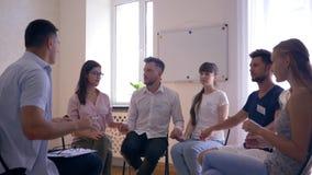 Ludzie medytuje z oczami zamykali obsiadanie na krzesłach podczas terapii sesi zbiory wideo