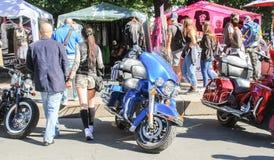 Ludzie między motocyklami Obrazy Royalty Free