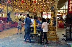 Ludzie modli się Luang Pho Wat Raja Khing są statuą Buddha przy Fotografia Royalty Free