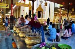 Ludzie modli się Luang Pho Wat Raja Khing są statuą Buddha przy Obrazy Royalty Free